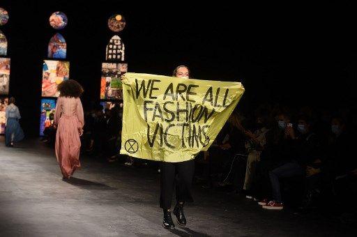 Escándalo en Paris Fashion Week: el desfile de Dior se vio empañado por una protesta