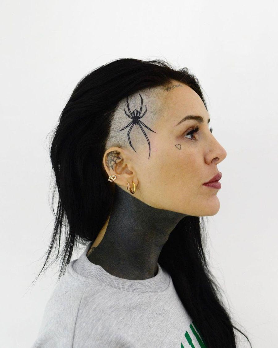 Candelaria Tinelli tatto en la cabeza
