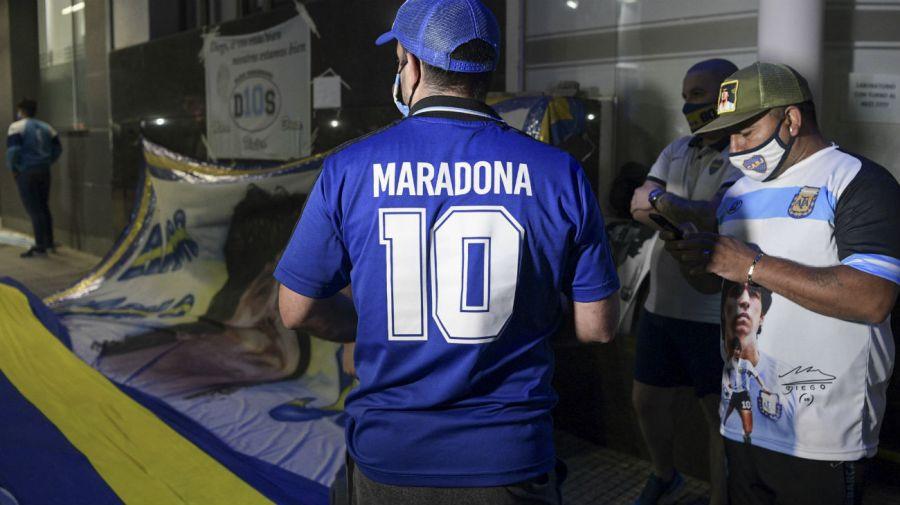Fanáticos de Diego Maradona en la Clínica Olivos