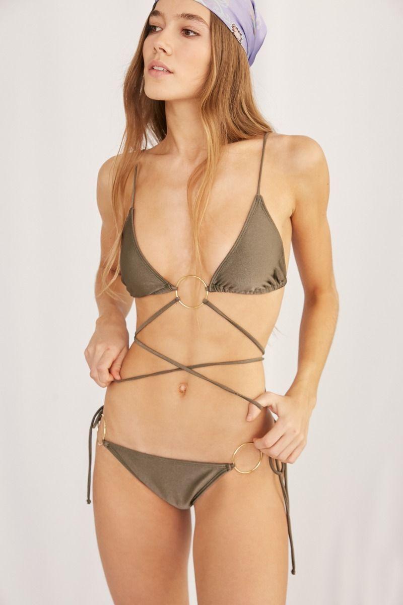 Las bikinis se llevan con un complemento que corta el abdomen