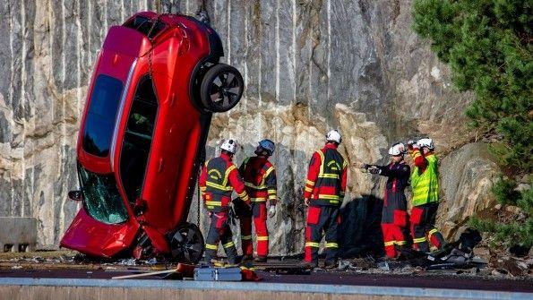 Volvo arroja autos desde 30 metros