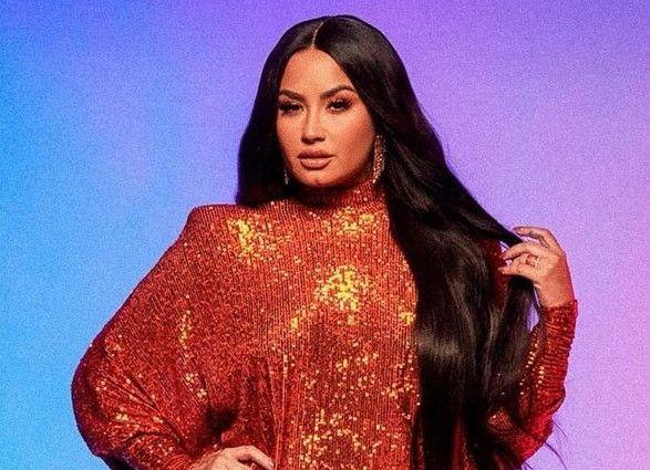 El llamativo look de Demi Lovato: rubia y pelo mega largo