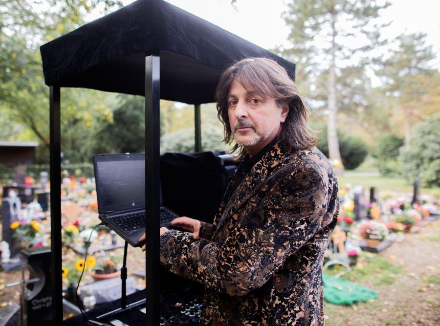 El dj que musicaliza funerales ya es tendencia