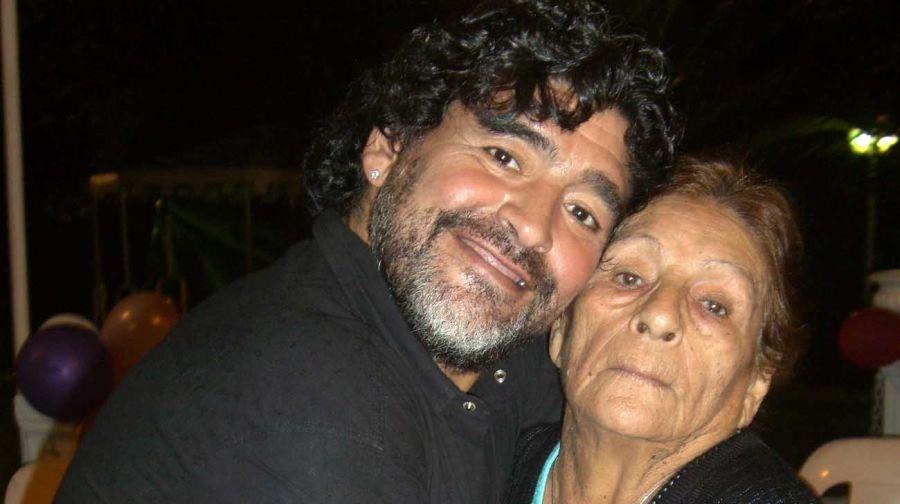 Diego Maradona con su mamá.