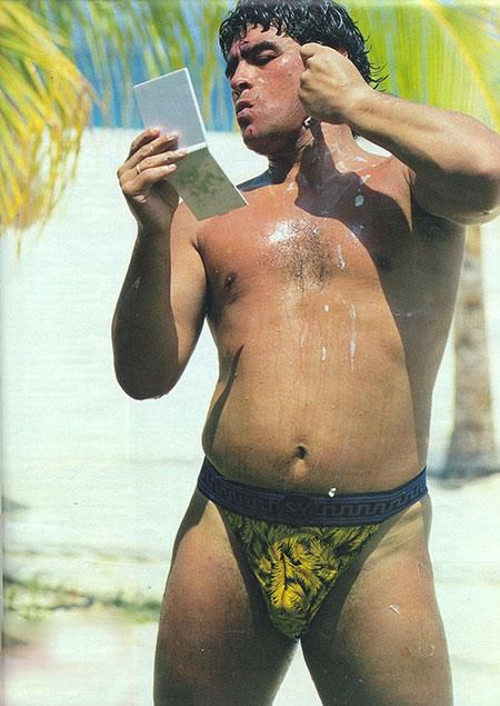 Todas las veces que Diego Maradona vistió Versace