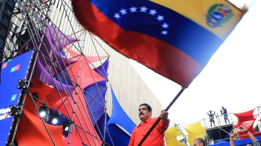 Nicolás Maduro agita la bandera de Venezuela (AFP)