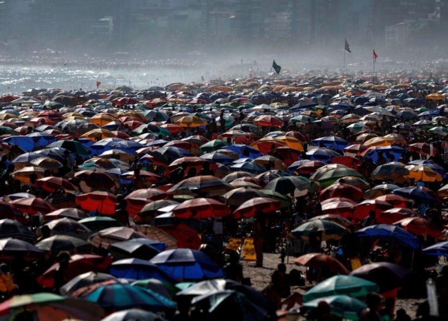 Las playas de Rio de Janeiro repletas de gente encendieron las alarmas