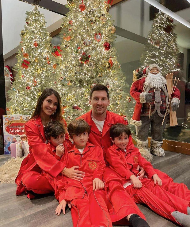 Antonella Roccuzzo y Lionel Messi posaron en composée navideño junto a sus tres hijos