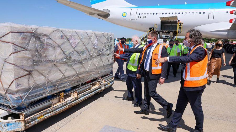 El jefe de Gabinete Santiago Cafiero y el ministro de Salud, Ginés González García, con el cargamento de vacunas. Foto: Télam.