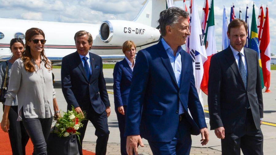 Luis Kreckler, detrás de Macri, al lado de Awada, cuando era embajador en Alemania (Archivo NA)