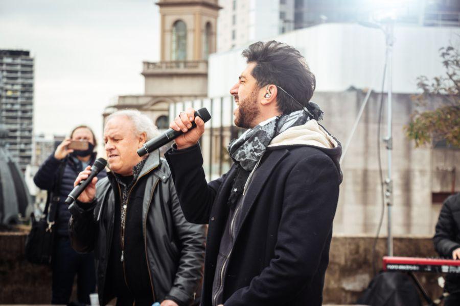 Maxi Pardo canta, compone, conduce y va por más