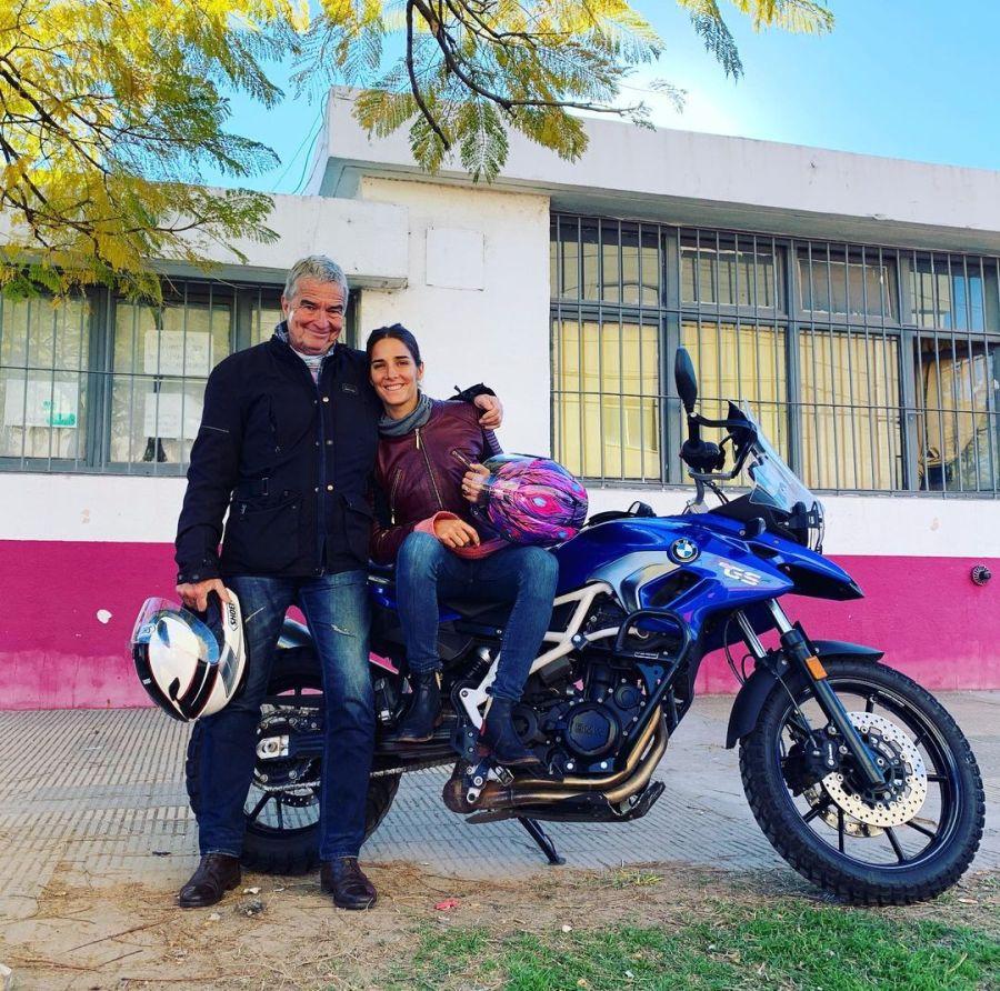 Juana Viale en moto con su papá