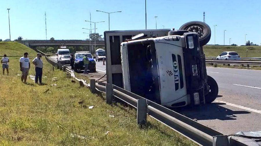 El vuelco de un camión en la Panamericana provocó serios problemas al tránsito.