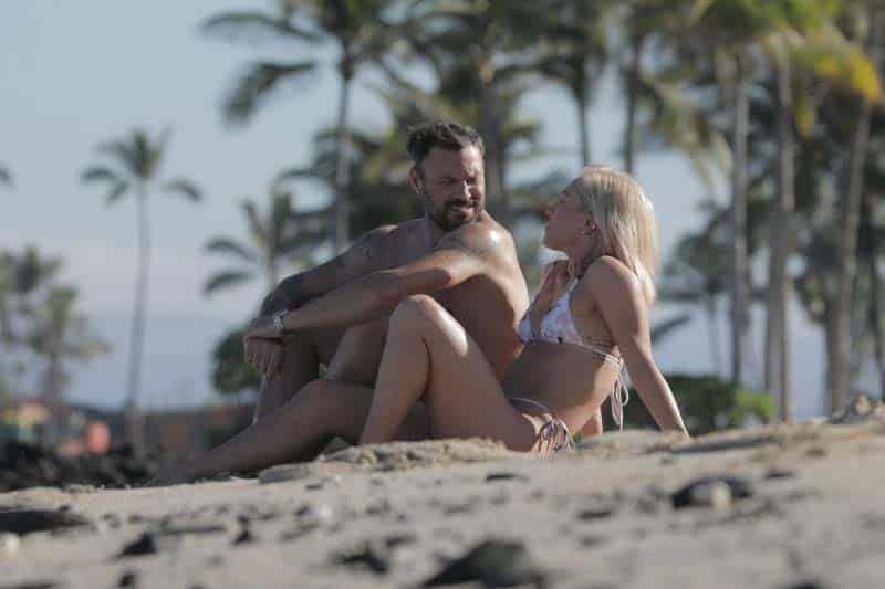 Brian Austin Green y Sharna Burgess apasionados en la playa