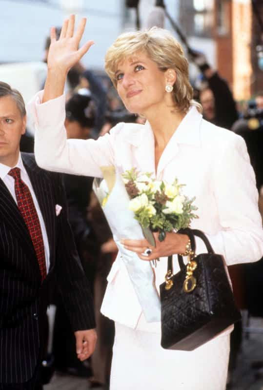 Lady Di y la historia detrás de la cartera Dior que lleva su nombre