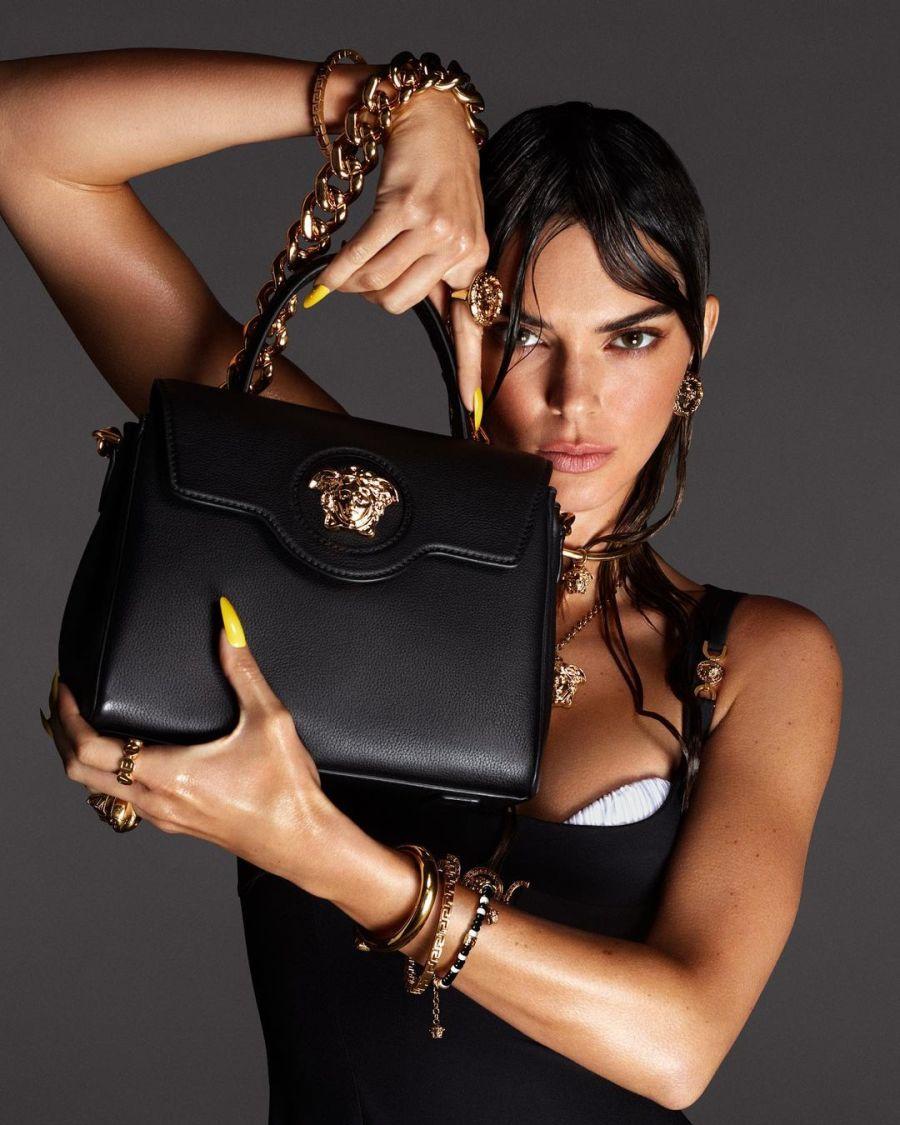 En clave Versace: Kendall Jenner, Hailey Bieber y Mica Argañaraz, juntas en la propuesta 2021