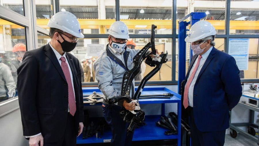 Alberto Fernández en la planta de la autopartista metalúrgica Maro, en Baradero.