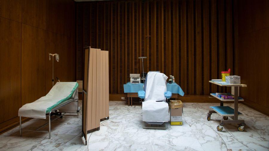 Vacunatorios en el Vaticano. El Papa Francisco ya se aplicó de Pfizer.