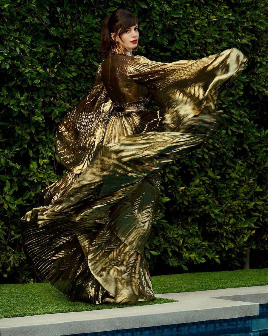 Con tres vestidos de alta costura: Anne Hathaway llevó la red carpet a su casa