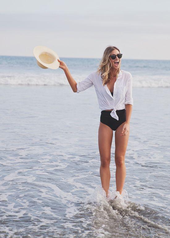 Camisa blanca en la playa