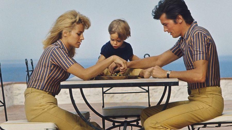 Nathalie y Alain Delon y su hijo
