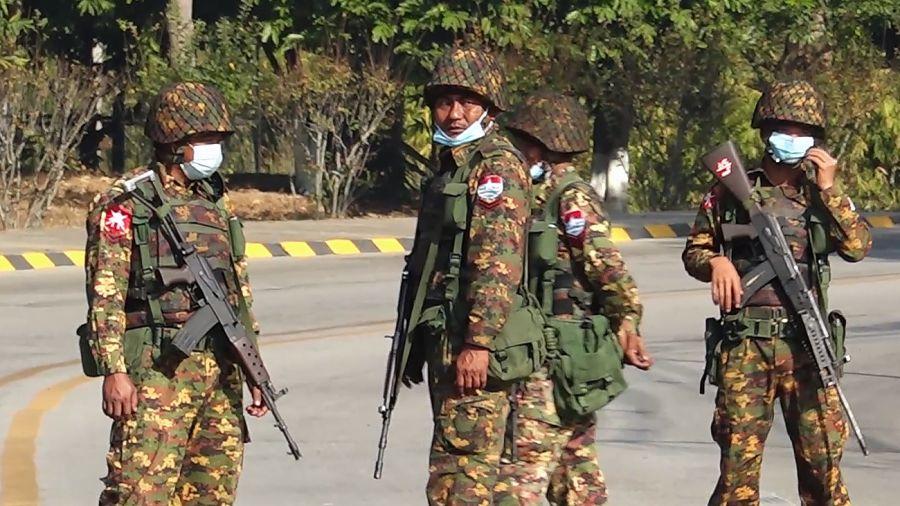 Golpe de Estado en Myanmar. Las calles de la capital del país asediadas por grupos militares.