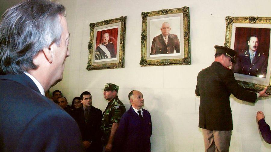 Néstor Kirchner cuando hizo bajar cuadros de Videla y Bignone en el Colegio Militar