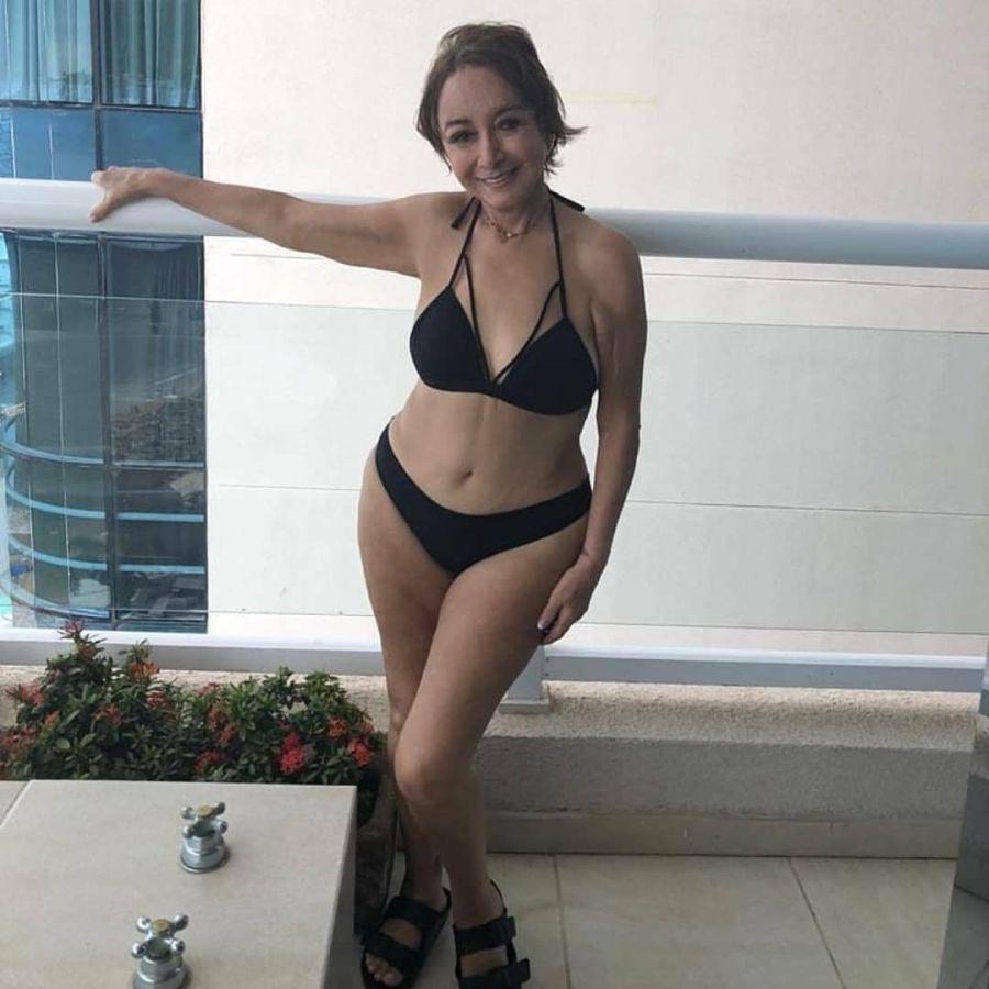 La Chilindrina posa en bikini a sus 70 años