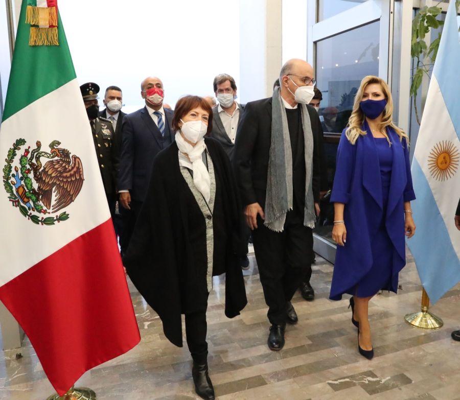 Fabiola Yáñez y el vestido azul que se robó las miradas en su paso por México