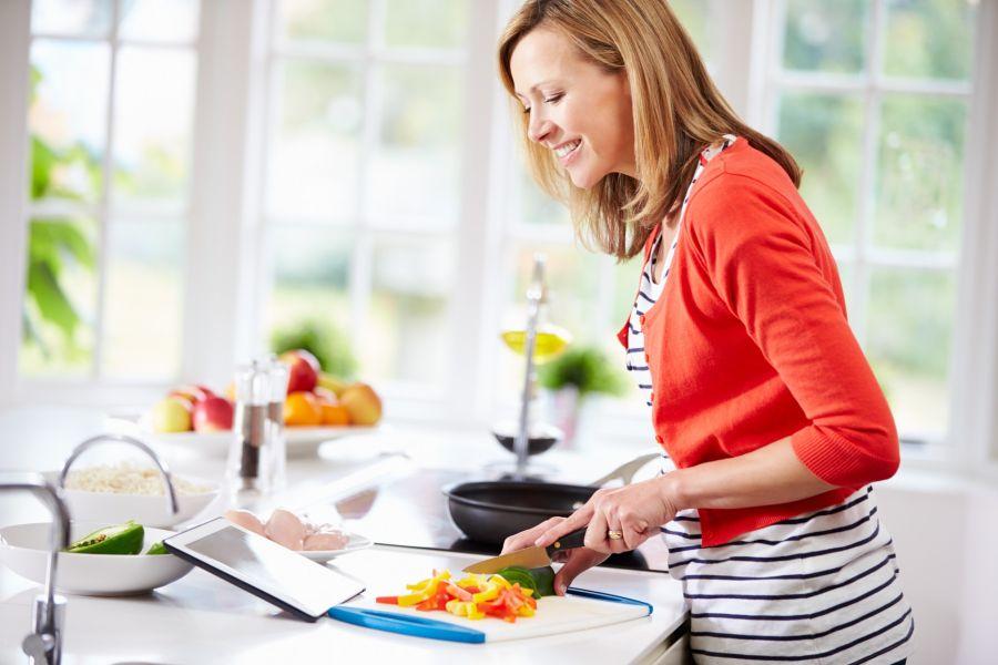 Disminuir el consumo de carnes rojas, aumentar el de pescado, legumbres y vegetales son algunos de los cambios saludables para esta etapa.