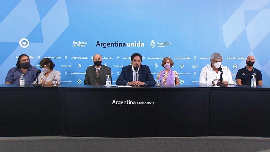 Nicolás Trotta junto a docentes, durante la conferencia de prensa.