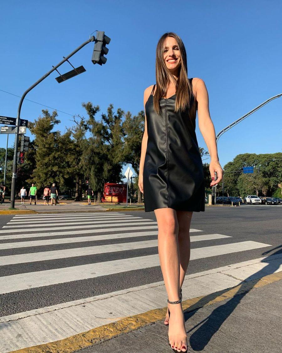 Pampita lució su pancita de cinco meses con un vestido negro y producción en las calles de Buenos Aires