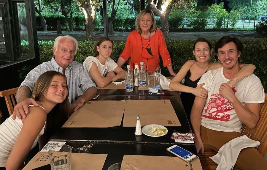 Embarazada y feliz: la salida de Pampita con sus suegros