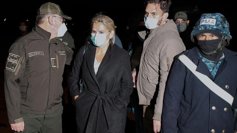 Jeanine Añez, mientras era conducida por la policía a su lugar de detención.