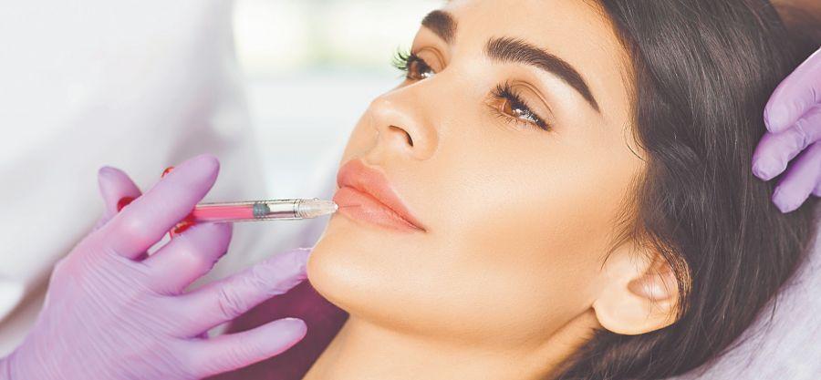 Las tendencias en make up son el uso de tonos rosados y nude, y arriba un gloss para añadir brillo