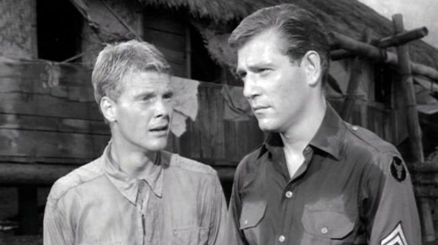 James Fox (Marlowe) y George Segal (Cpl. King) en King Rat