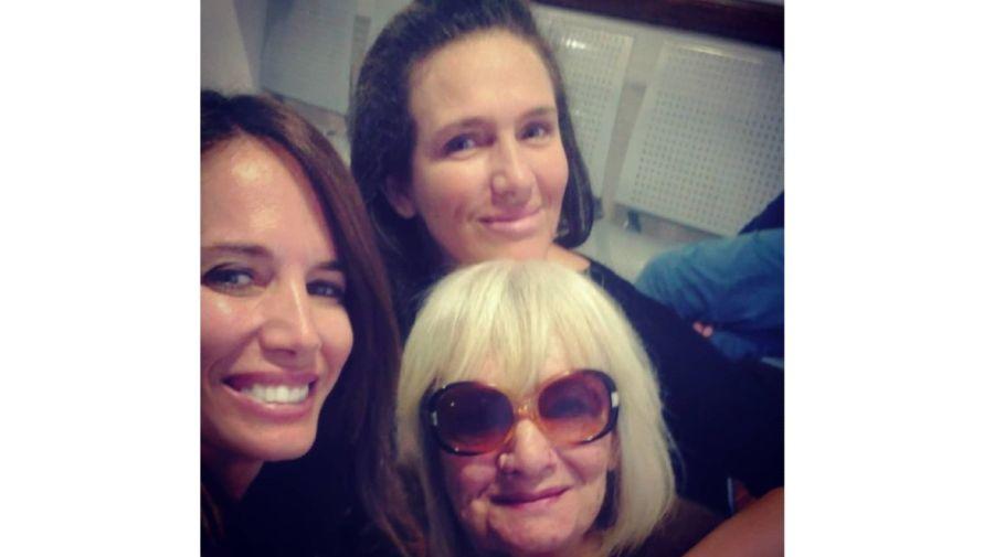 Carolina Prat, su hermana Natalia y su madre