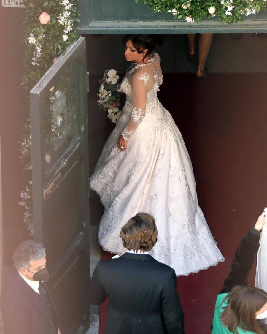 Lady Gaga cautiva con su vestido de novia en las grabaciones de