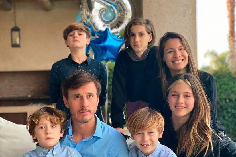 Pampita y Roberto García Moritán con sus respectivos hijos
