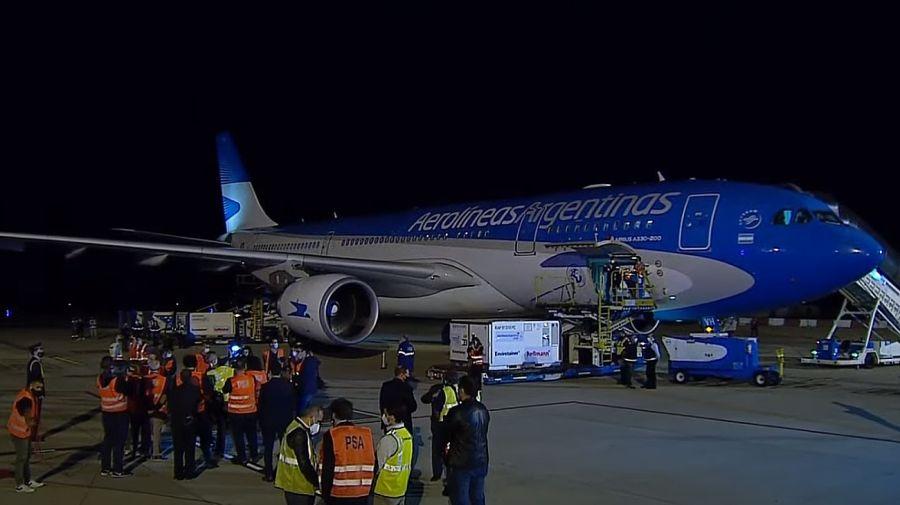 El avión de Aerolíneas Argentinas que trajo un millón de dos de la vacuna china Sinopharm fue recibido por el presidente Alberto Fernández.