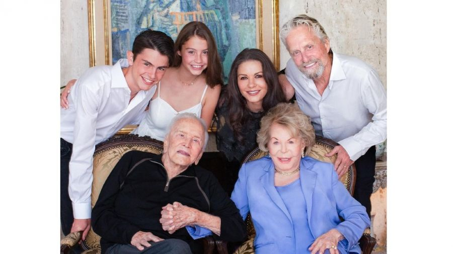 Kirk Michael Douglas Anne Douglas Catherine Zeta Jones y sus hijos