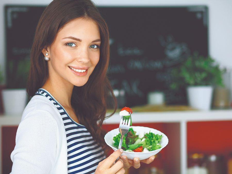 El ayurveda propone seguir una vida saludable a través de la alimentación adecuada, la actividad física, las técnicas que ayudan a la armonía mental, recomendaciones para los cambios estacionales, entre otros temas.