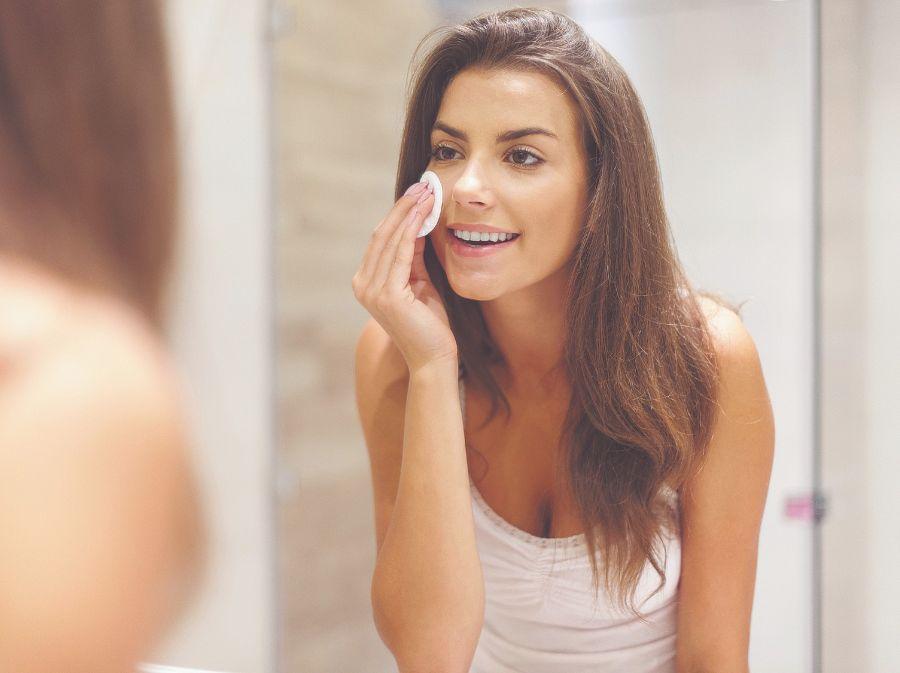 Es muy importante que te desmaquilles y limpies el rostro cada día para dejar respirar a los poros y evitar que se formen los puntos negros.