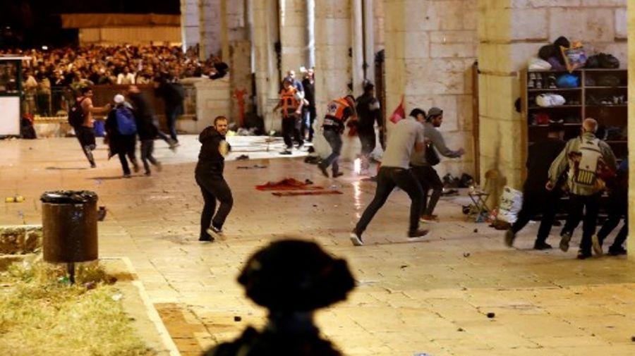 Los violentos incidentes entre la policía y musulmanes palestinos dejaron casi 200 heridos en Jerusalén.