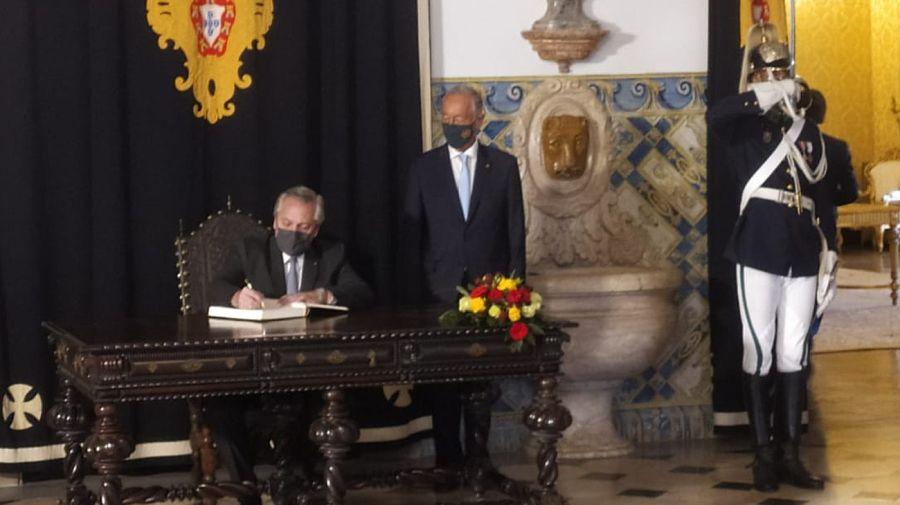Alberto Fernández, firmando el libro de honor en el Palacio de Belém, junto al presidente Marcelo Rebelo de Sousa.