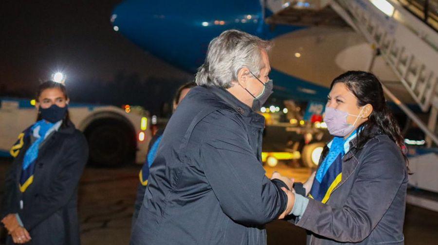 El presidente Alberto Fernández saludando al personal de Aerolíneas antes de partir hacia Europa.