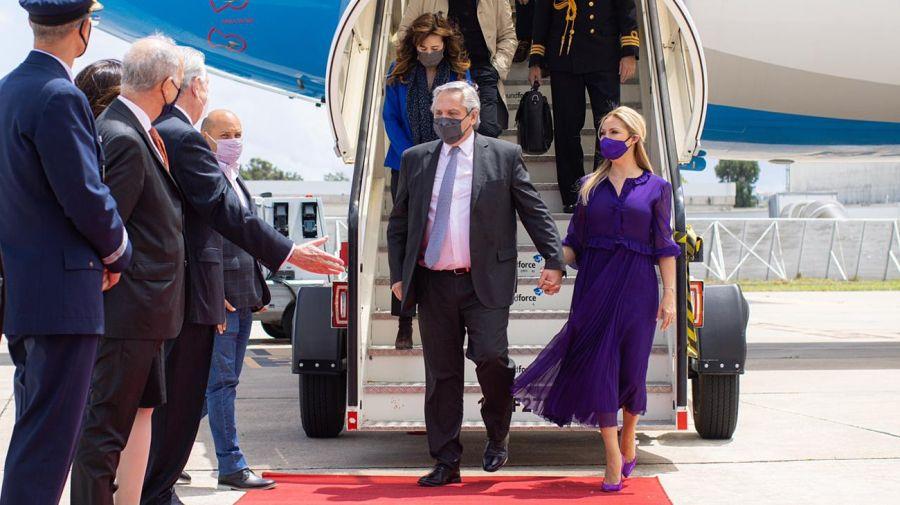 El presidente Alberto Fernández y Fabiola Yáñez llegando este domingo a Portugal.