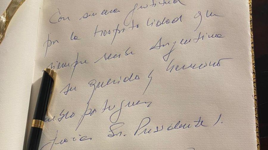 El texto del presidente Fernández en el libro de honor del Palacio de Belém, en Lisboa.
