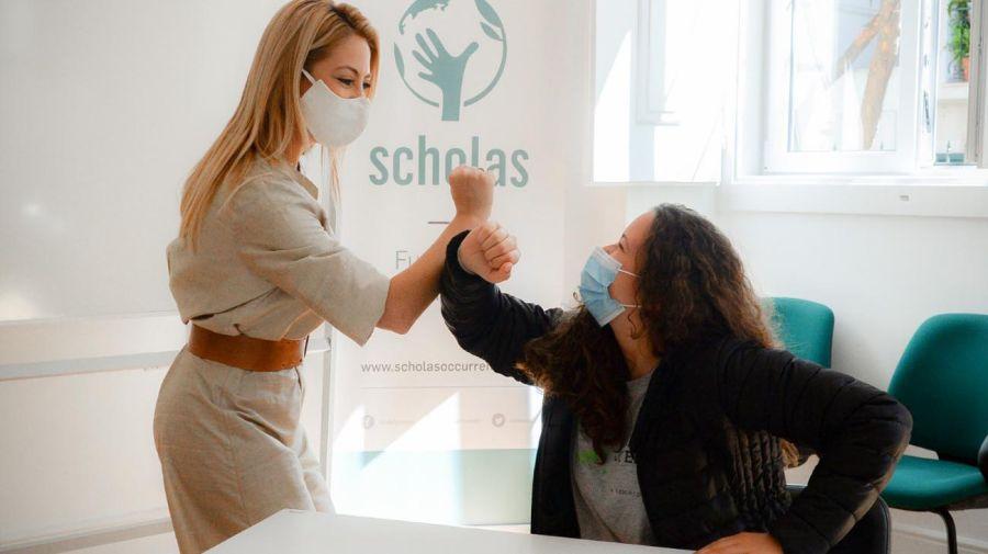 Fabiola Yáñez con al titular de Scholas Portugal