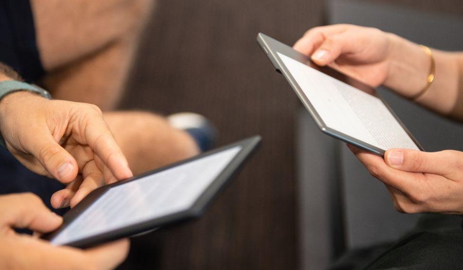 Livianos y de alto contraste en pantalla: los libros electrónicos permiten leer incluso a la luz del sol y también agrandar la letra.